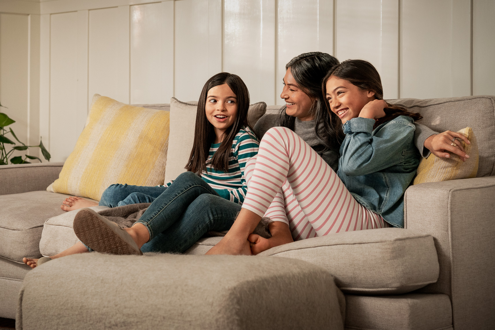 mother_and_daughters_sofa_0051_OG_V10-2020V1